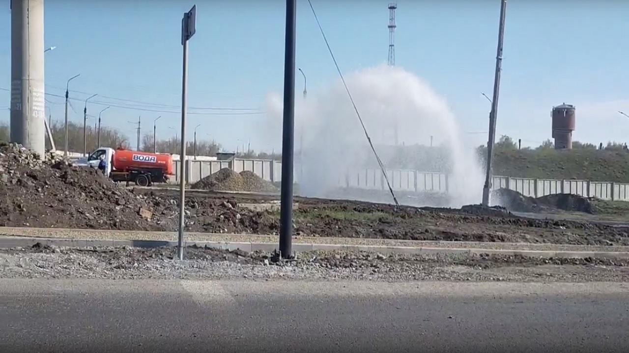 Высотой несколько метров: огромный фонтан забил из-под земли в Челябинской области ВИДЕО