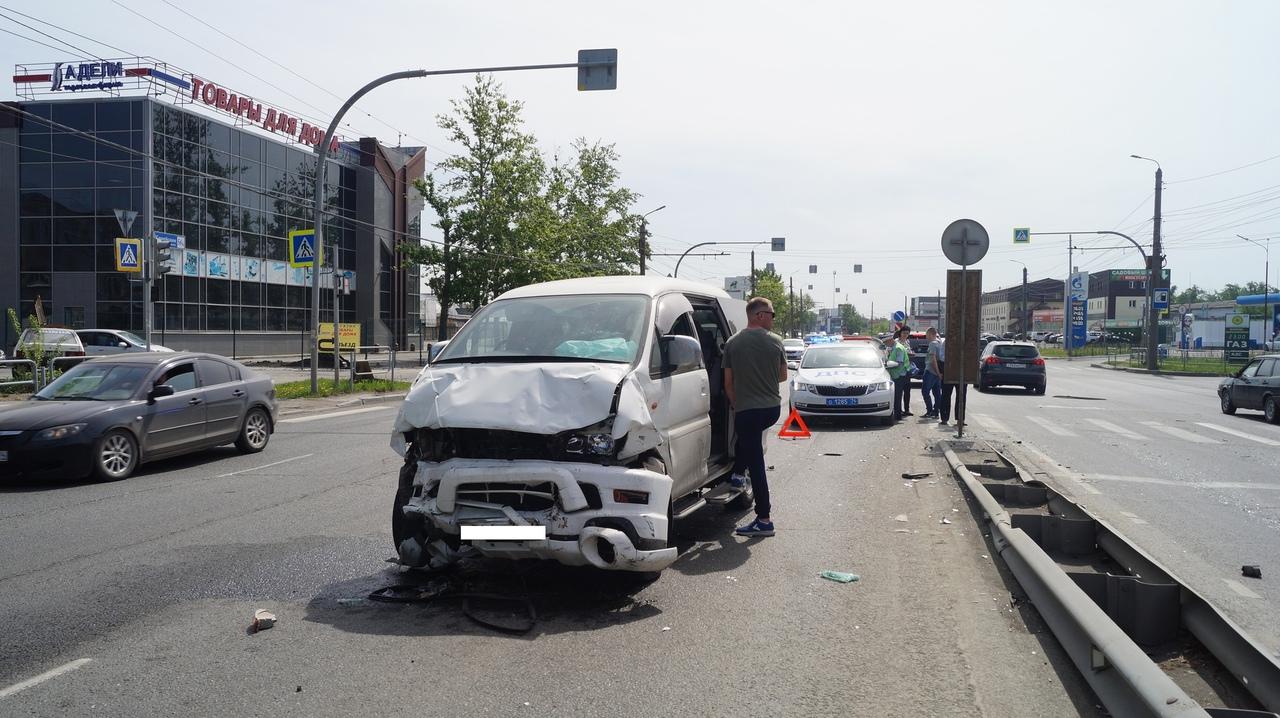 Легковушка всмятку: в ДТП на оживленном перекрестке в Челябинске погиб водитель ВИДЕО