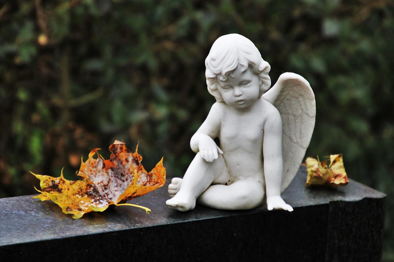 Труп младенца в пакете нашли на кладбище в Челябинской области