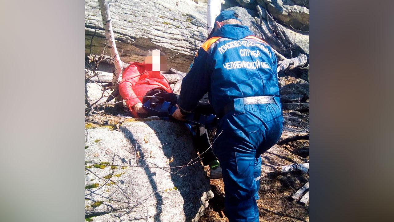 Несли по крутому склону: на Южном Урале эвакуировали женщину с травмой ноги