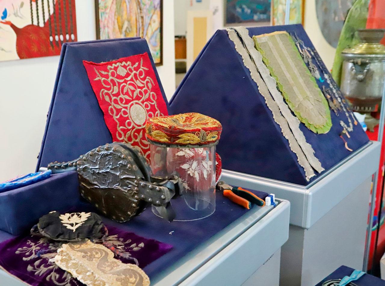 «В гостях у татар»: в Челябинск привезли старинную одежду с драгоценностями