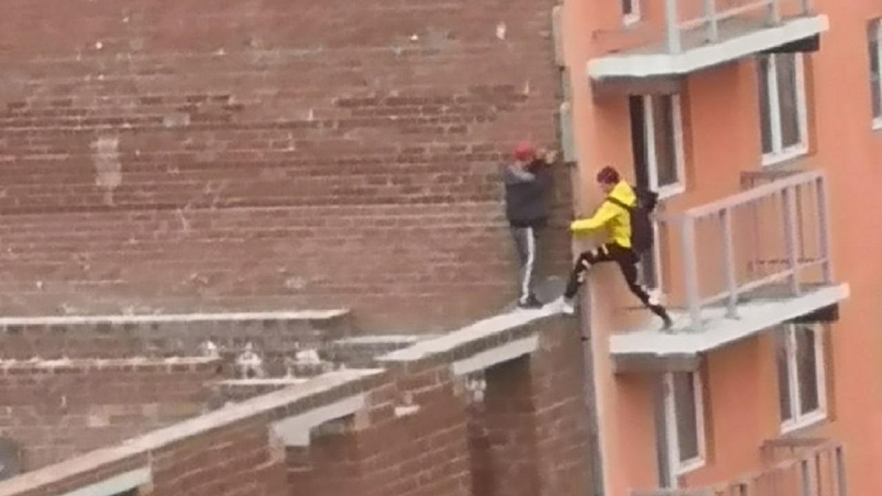 Дети устроили опасную прогулку по недострою в Челябинской области