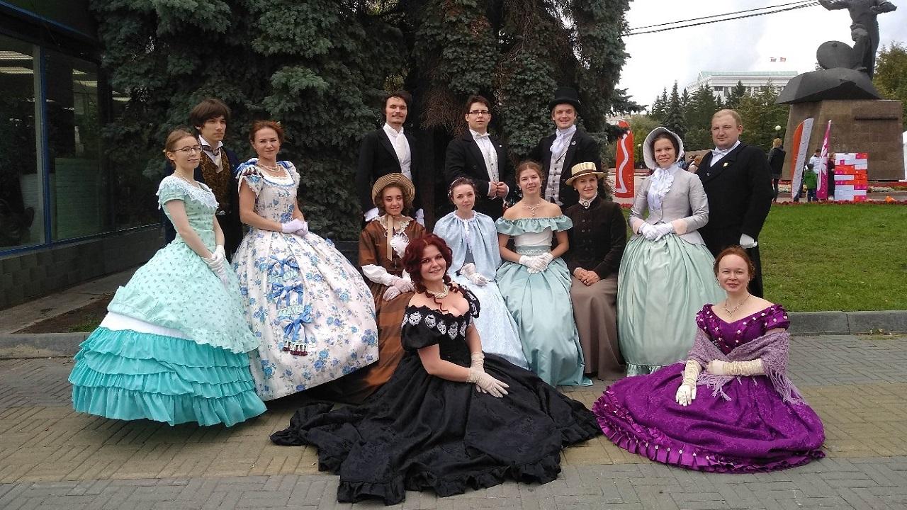 В историческом музее Челябинска обучают историческим танцам в ретро-костюмах