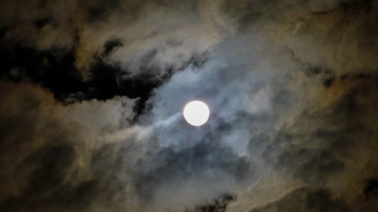 Полнолуние 2021: чего ждать от Клубничной Луны в июне