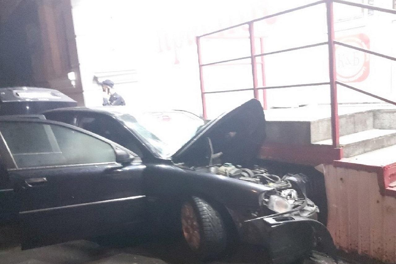 Автомобиль всмятку: легковушка протаранила магазин в Челябинске