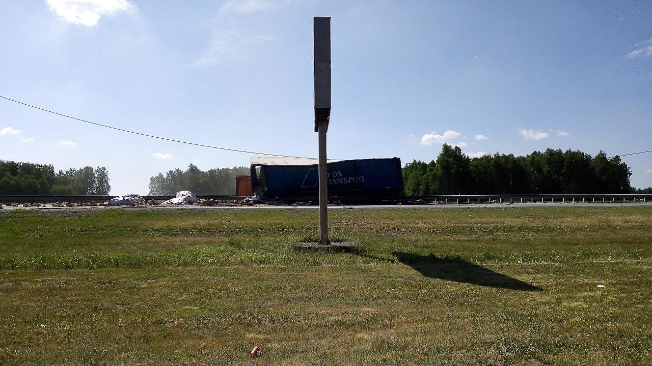 Лопнуло колесо: грузовик опрокинулся на трассе в Челябинской области ВИДЕО