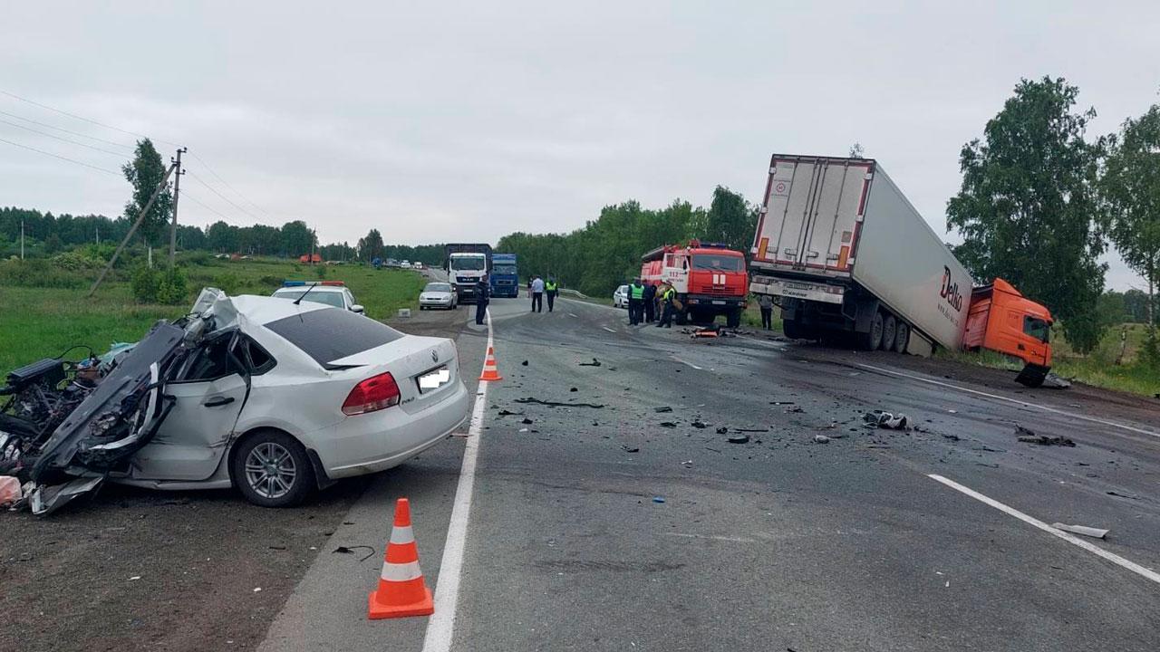 Водитель иномарки погиб в лобовом ДТП с фурой в Челябинской области