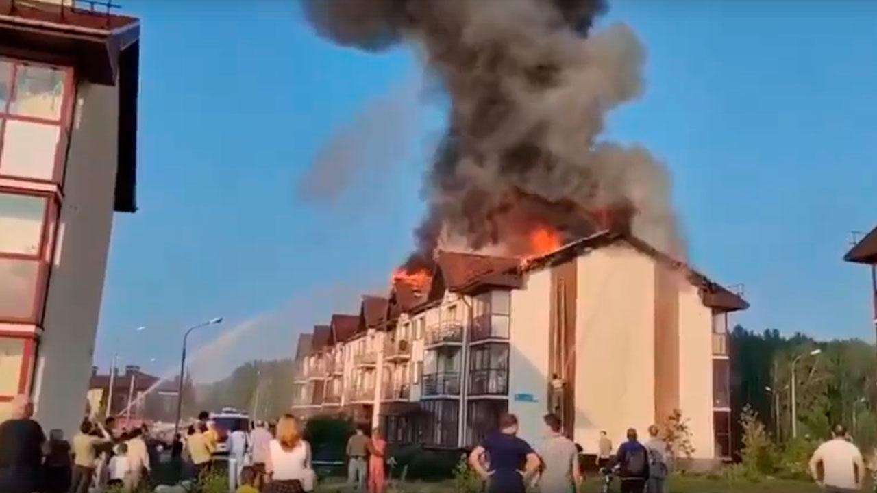 Ударила молния: под Челябинском горит многоквартирный дом ВИДЕО