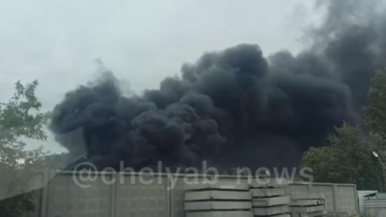 Черный столб дыма: в Челябинске произошел очередной пожар ВИДЕО
