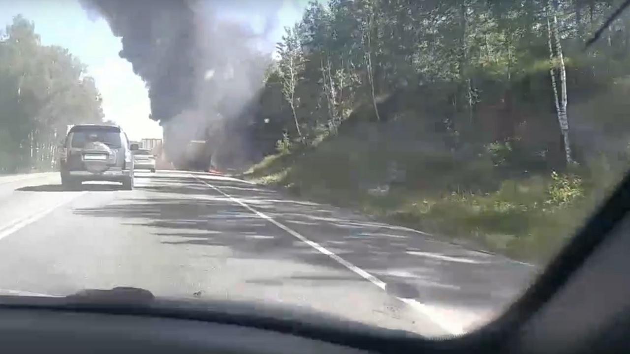 На трассе М5 в Челябинской области дотла сгорел грузовик ВИДЕО