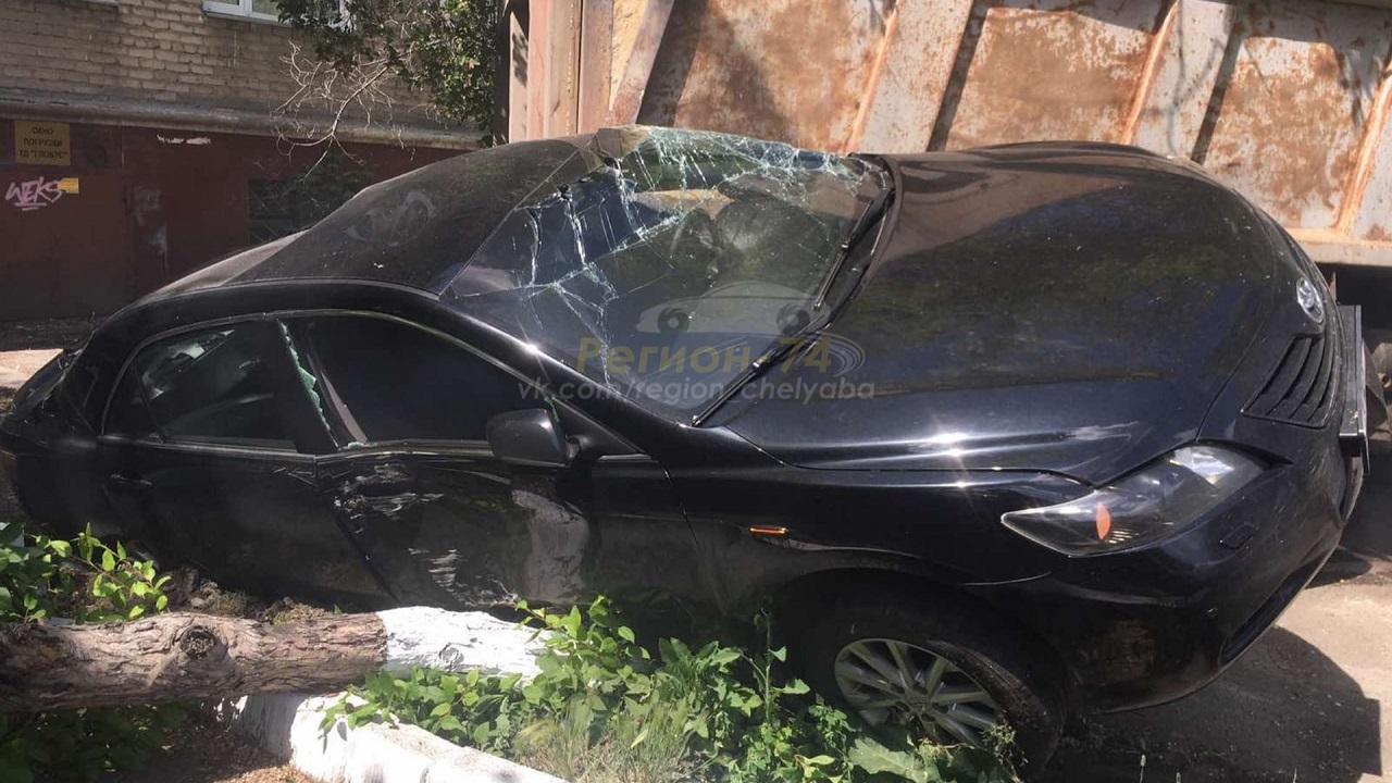 Потерял управление: в Челябинске грузовик раздавил припаркованную машину