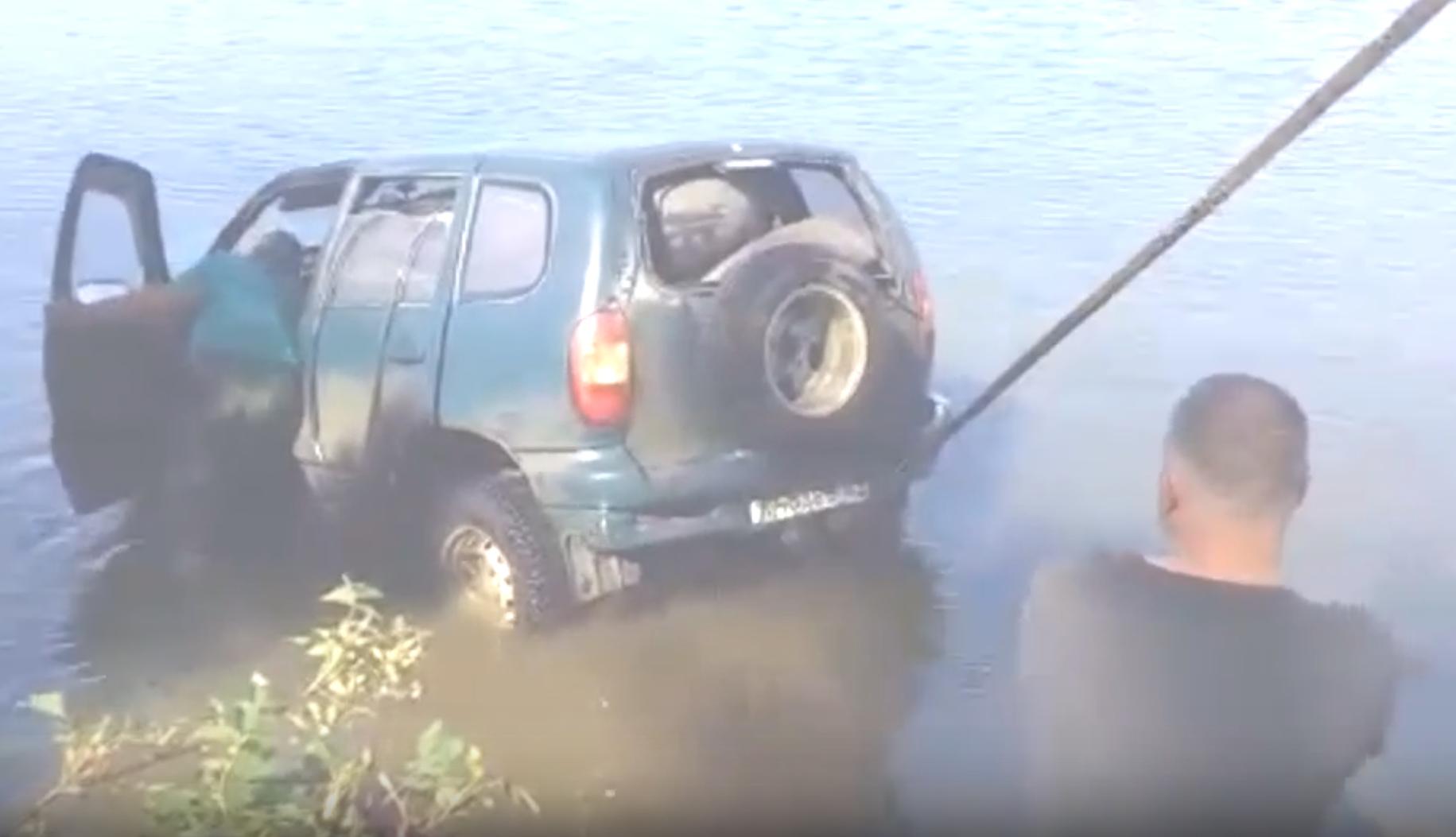 Внедорожник достали со дна озера Тургояк в Челябинской области