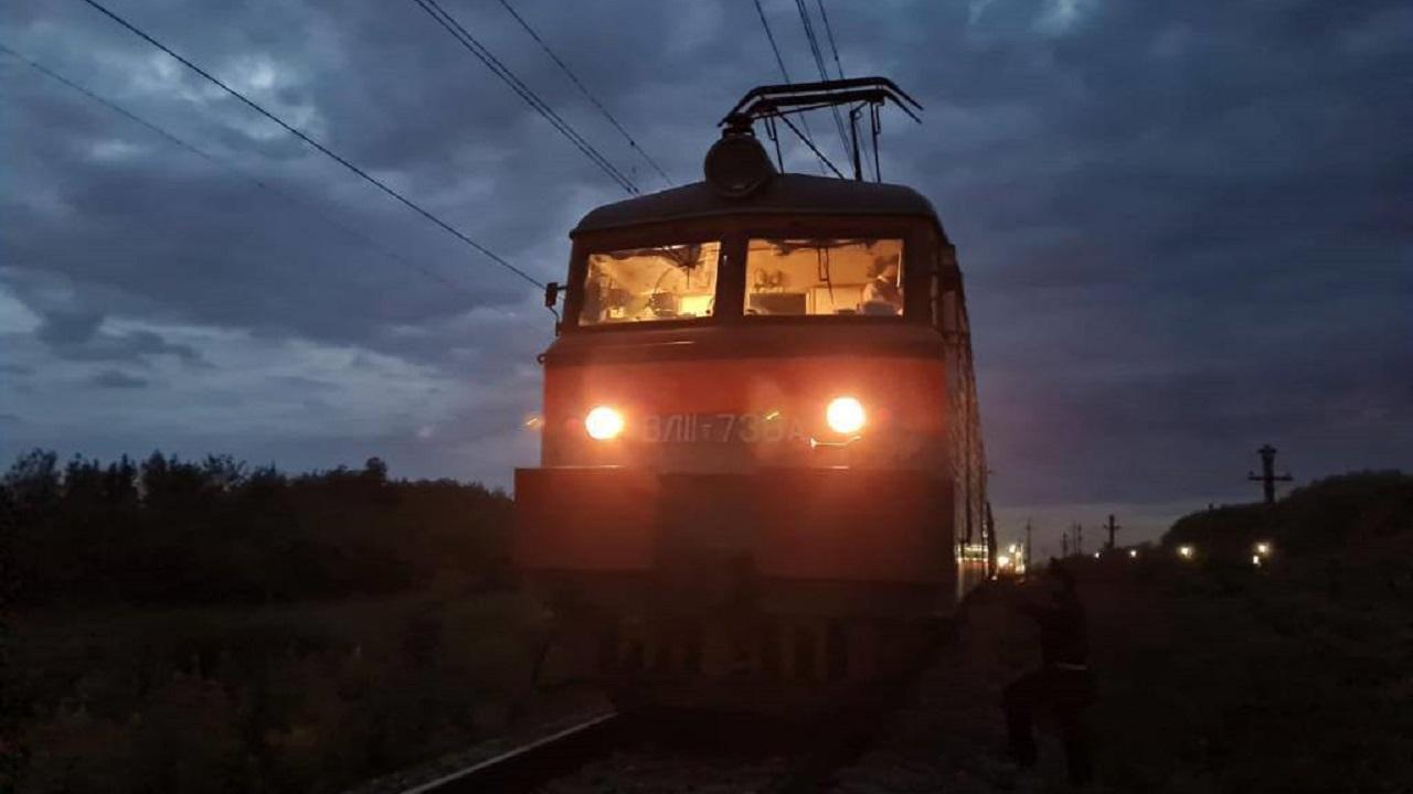 Выбежал на пути: в Челябинской области грузовой поезд насмерть сбил человека