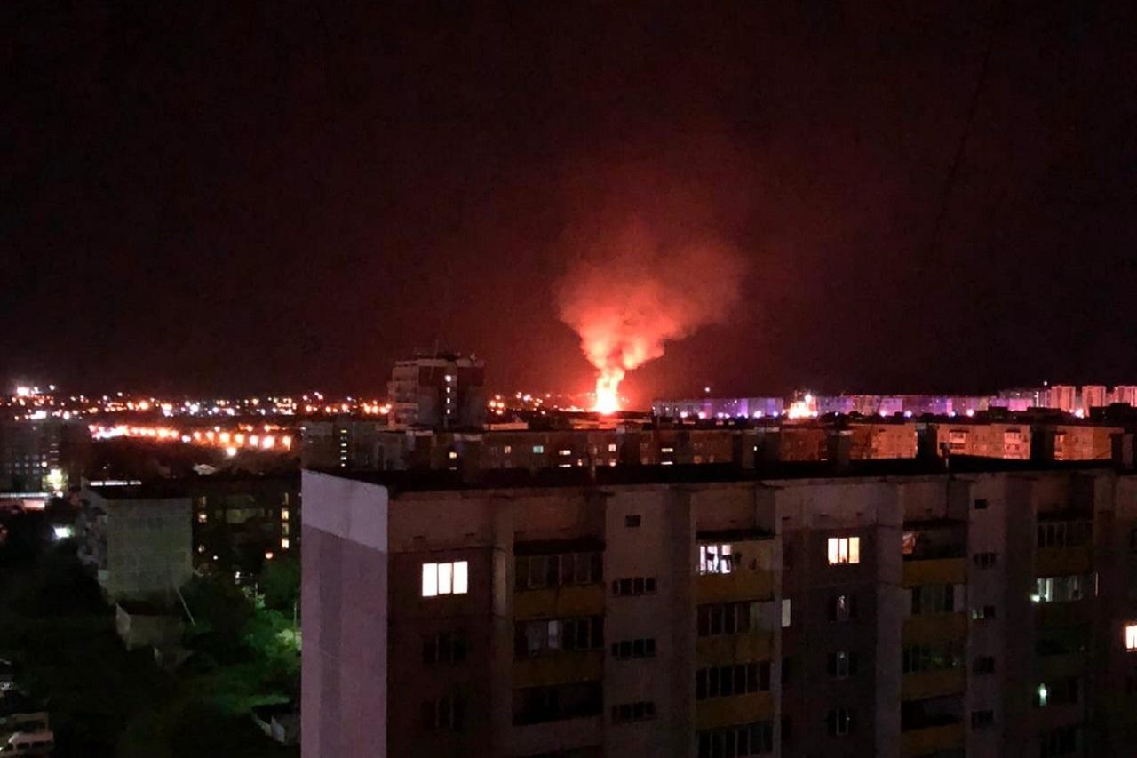 Столб огня возник посреди ночи в Челябинской области ВИДЕО
