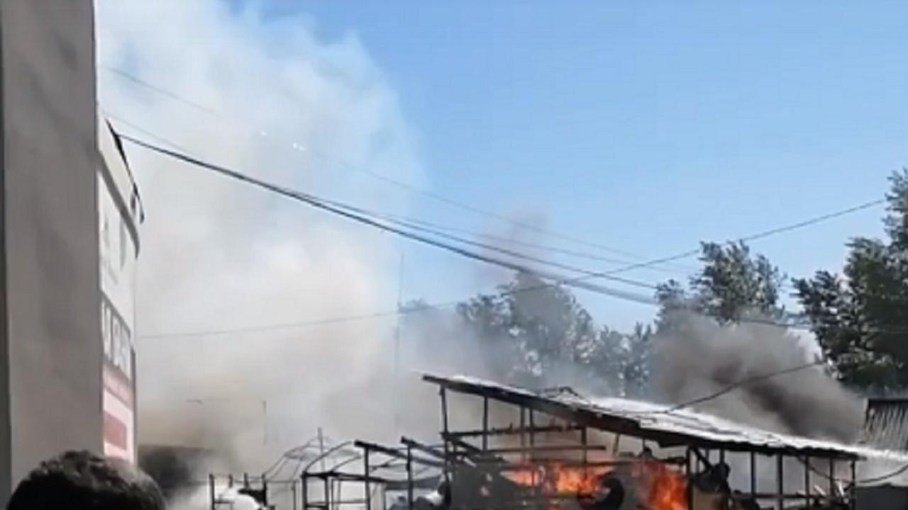 Пожар вспыхнул рядом с торговым комплексом в Челябинске ВИДЕО