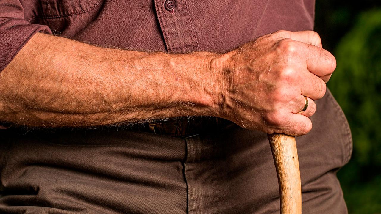Дедушка в больнице: мужчина в Челябинске ударил 85-летнего пенсионера у подъезда