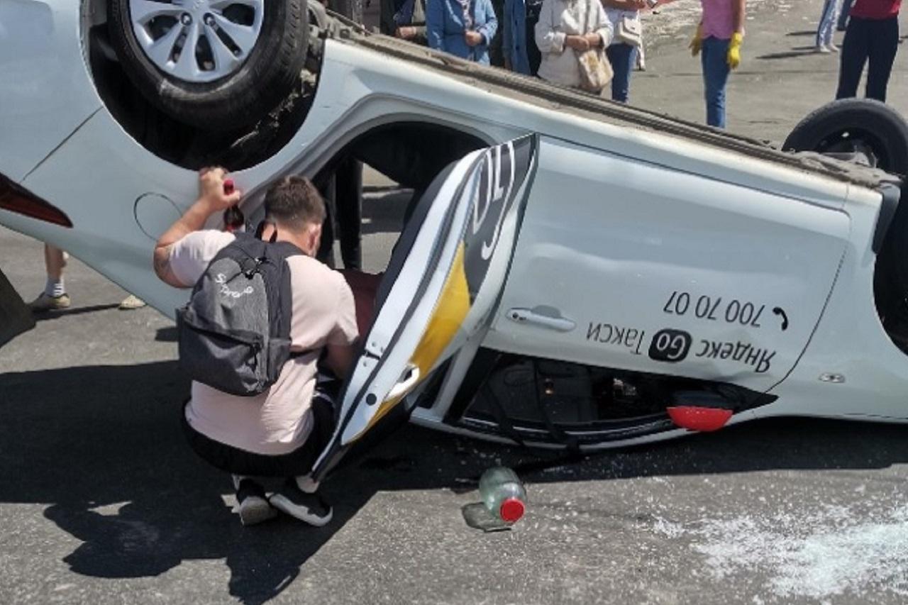 Такси с пассажирами перевернулось в Челябинске