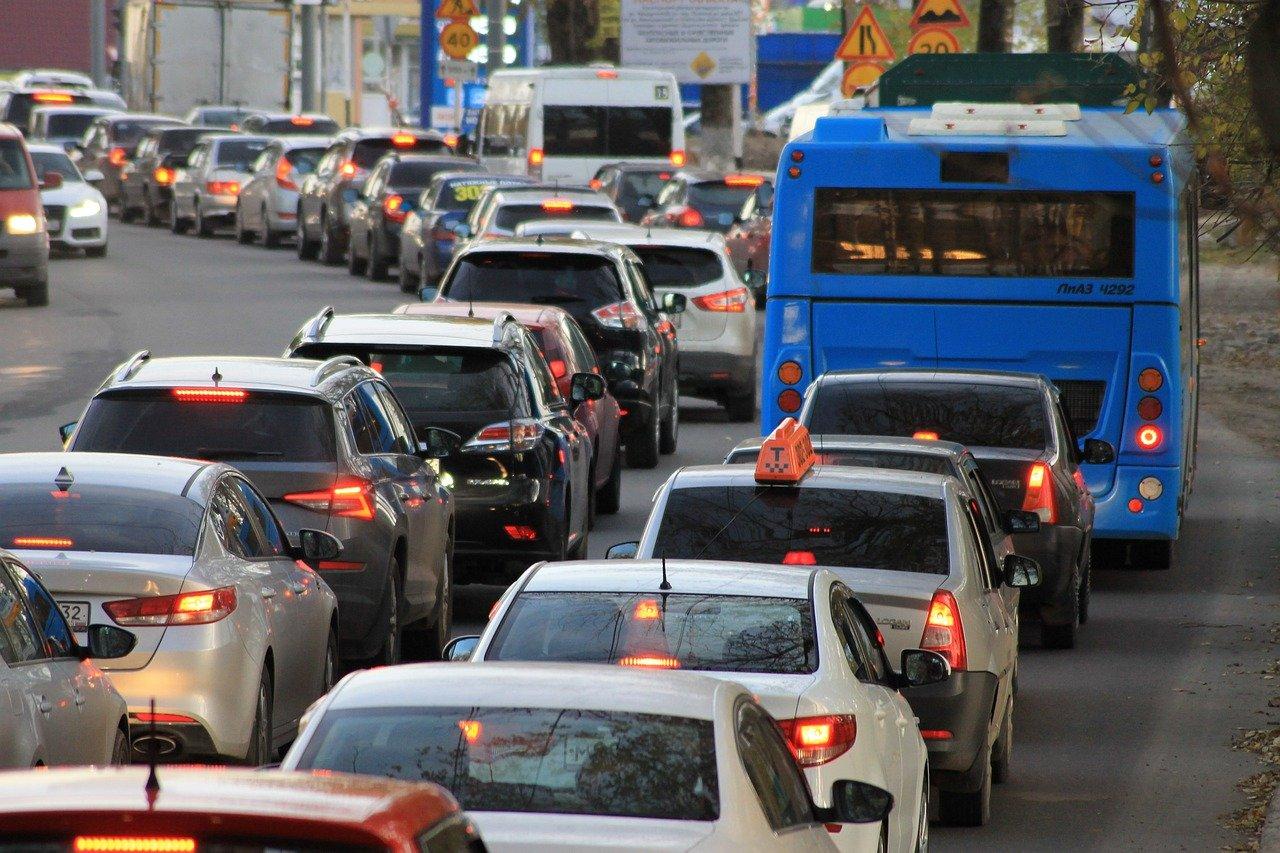 Огромные пробки в Челябинске: в мэрии рассказали о сроках дорожного ремонта