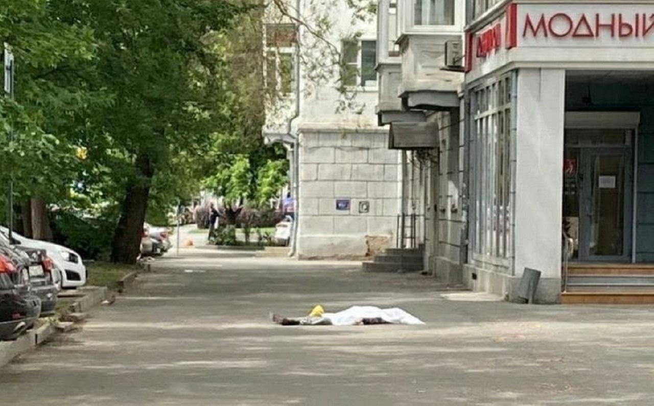 Мужчина упал с крыши в центре Челябинска