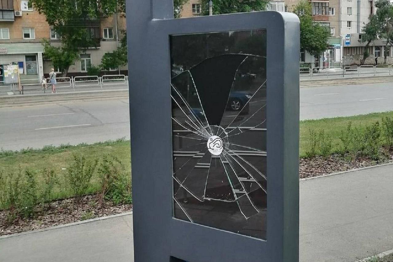 Ущерб на сотни тысяч: вандалы срезали качели в сквере на северо-западе Челябинска