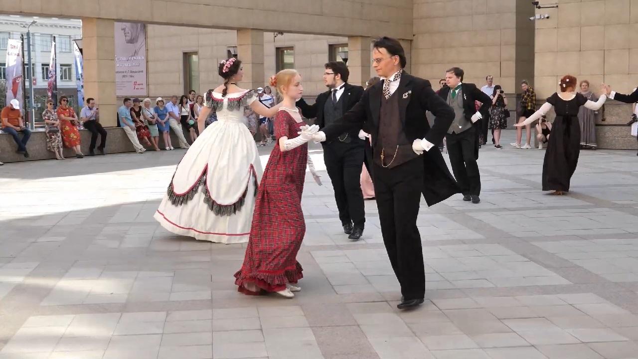 В Челябинске обучают историческим танцам в ретро-костюмах