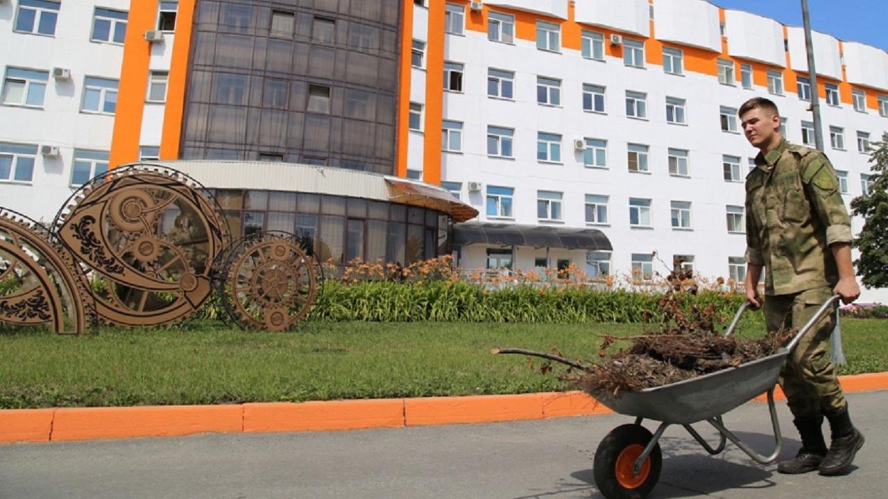 В атаку на пни: росгвардейцы благоустроили больницу в Челябинске