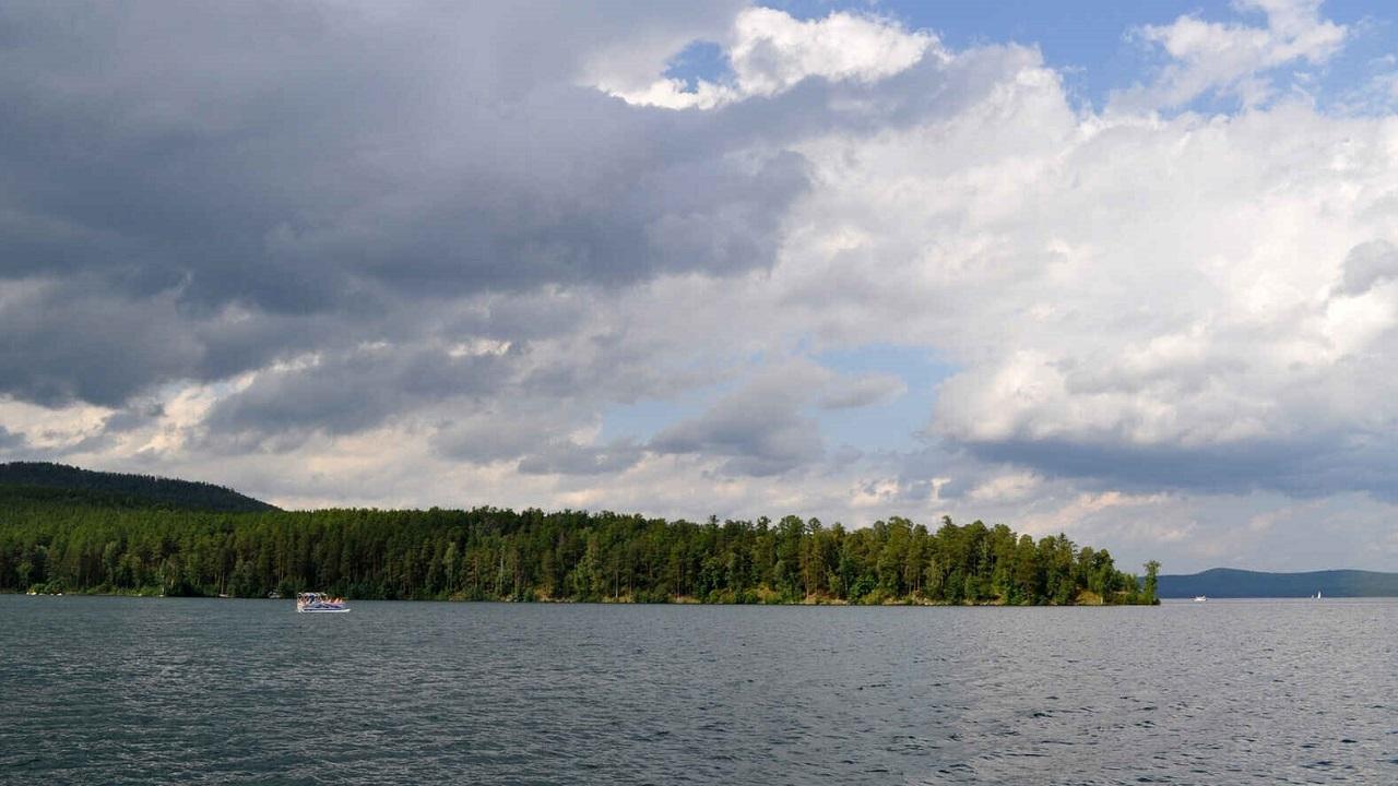 Уплыли в грозу: отец и 3 детей пропали на озере в Челябинской области