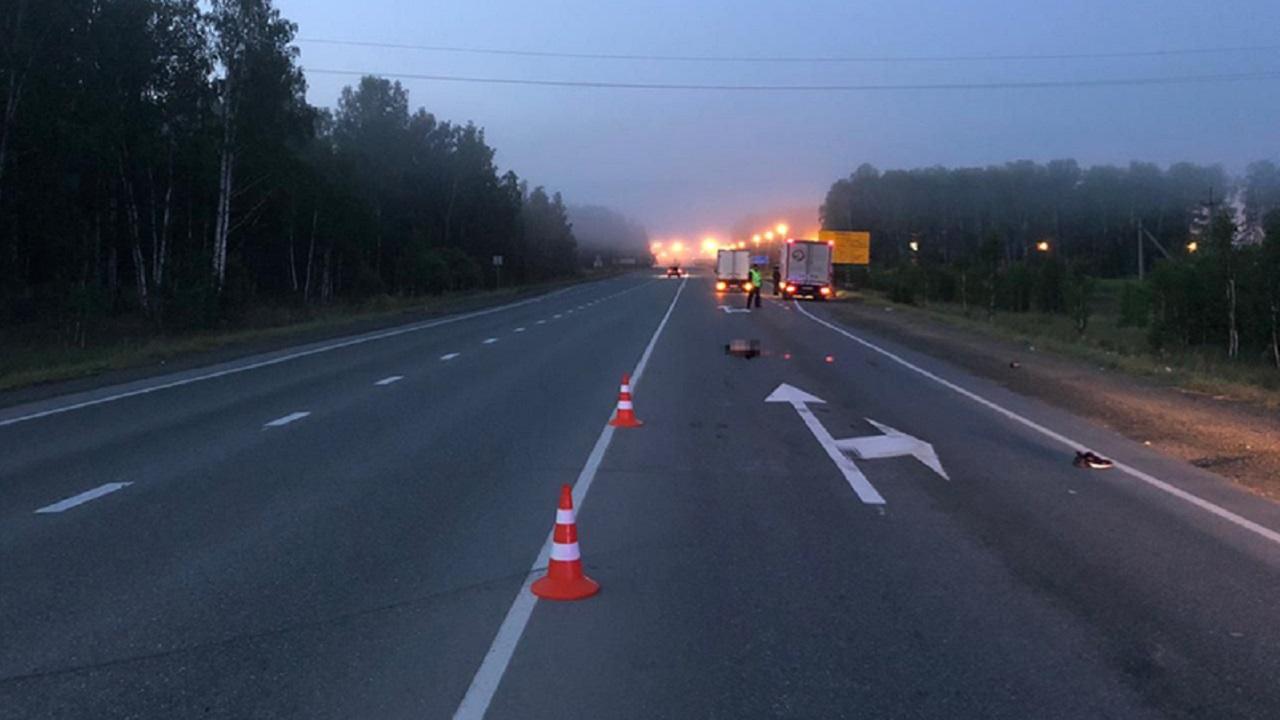 Раздавило автомобилем: грузовик наехал на лежащего на дороге мужчину в Челябинской области