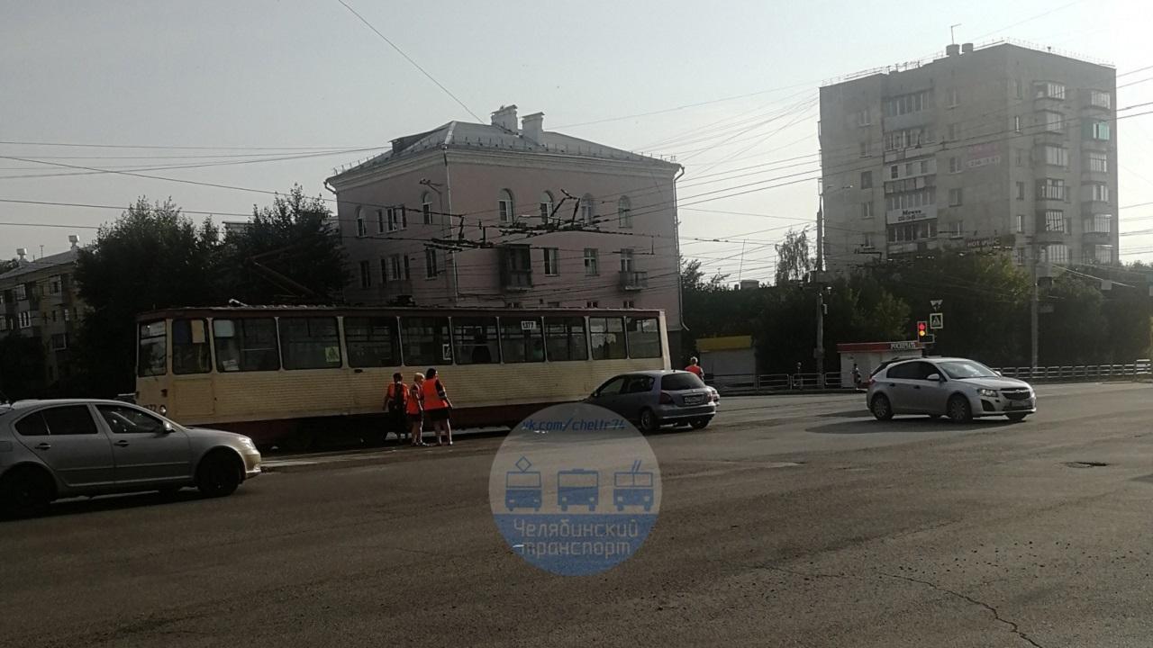 Легковой автомобиль въехал в трамвай в Челябинске