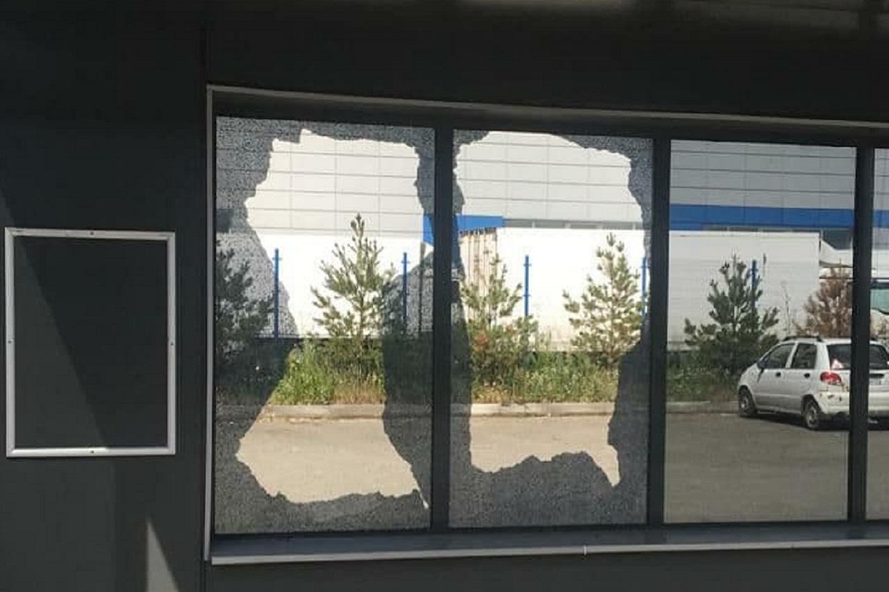 В Челябинске 9 остановок транспорта расстреляли из огнестрельного оружия