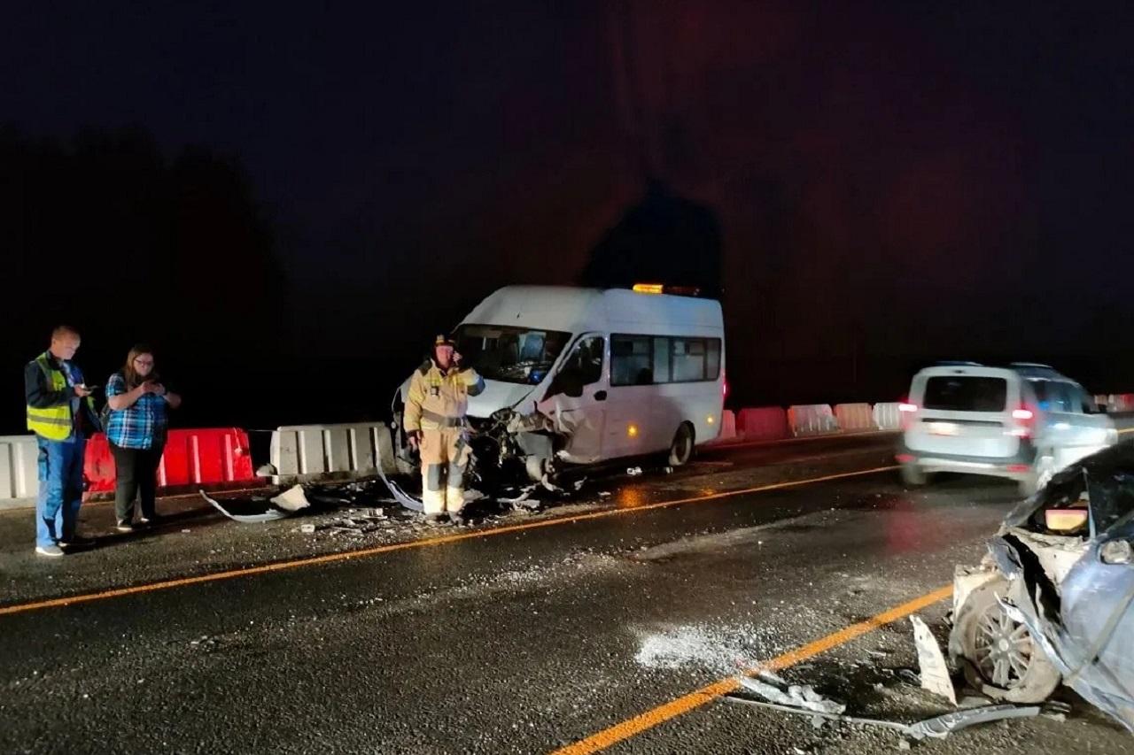 Микроавтобус и легковушка столкнулись под Челябинском, есть погибший и пострадавшие