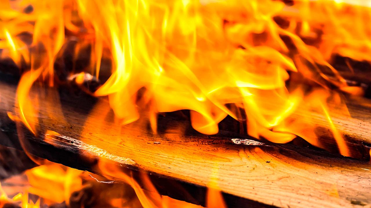 Громкий хлопок и дым: сильный пожар случился в садах в Челябинске ВИДЕО