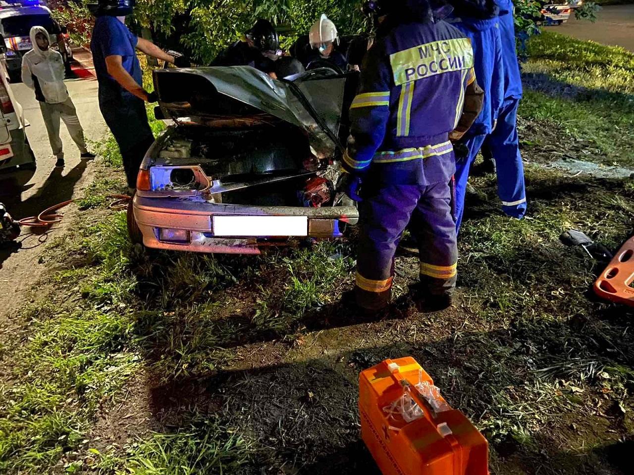 Пассажир в коме: автомобиль врезался в дерево в Челябинске ВИДЕО