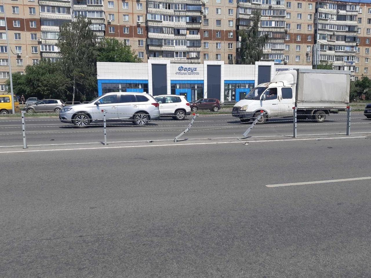 Пострадала девушка: иномарка врезалась в разделительные тросы в Челябинске