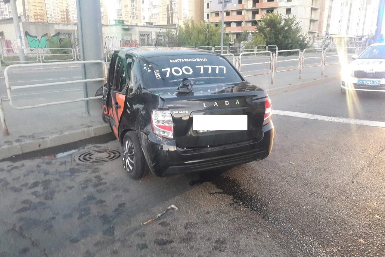 Протаранили ограждение: в ДТП с такси в Челябинске пострадали 6 человек ВИДЕО