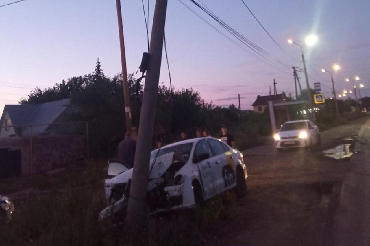 Такси с пассажиркой врезалось в столб в Челябинске
