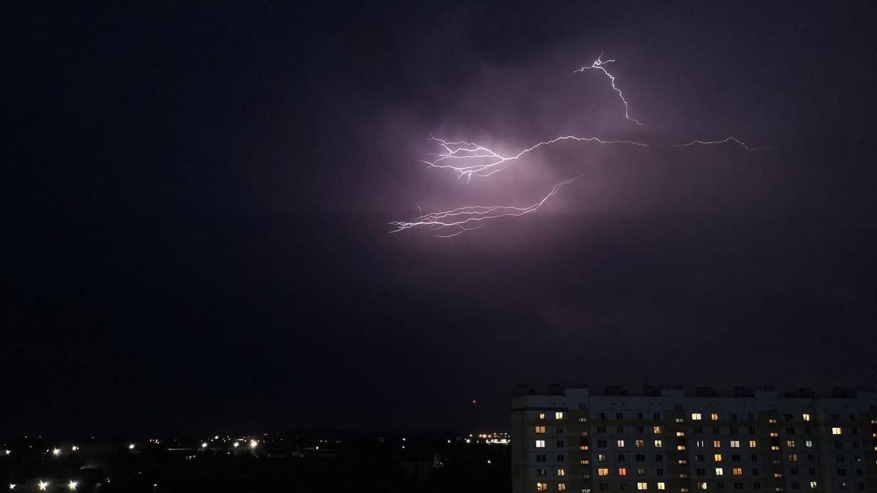 Драконы в небе: мощная гроза в Челябинской области попала на видео