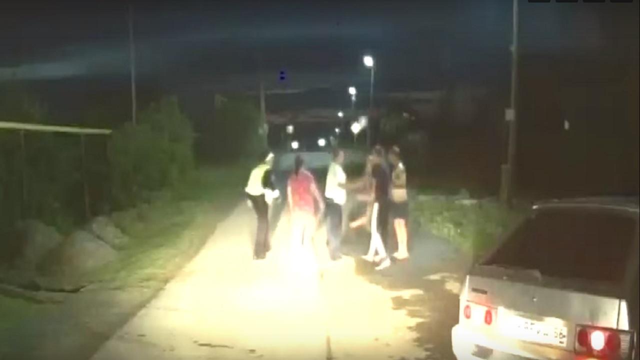 Кидались камнями: пассажиры авто напали на полицейских в Челябинской области ВИДЕО