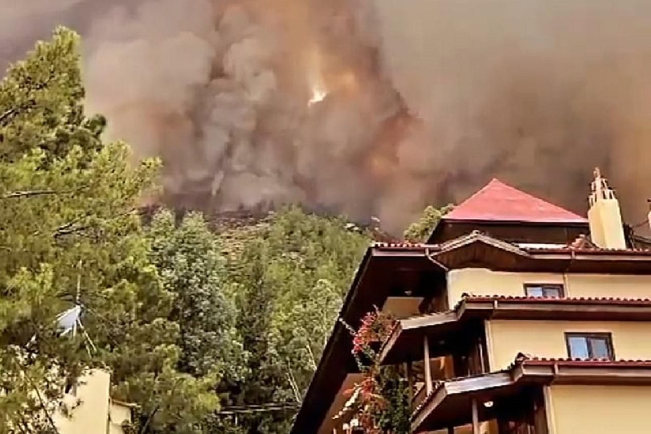 Пепел с неба: в Турции из-за пожаров эвакуируют туристов