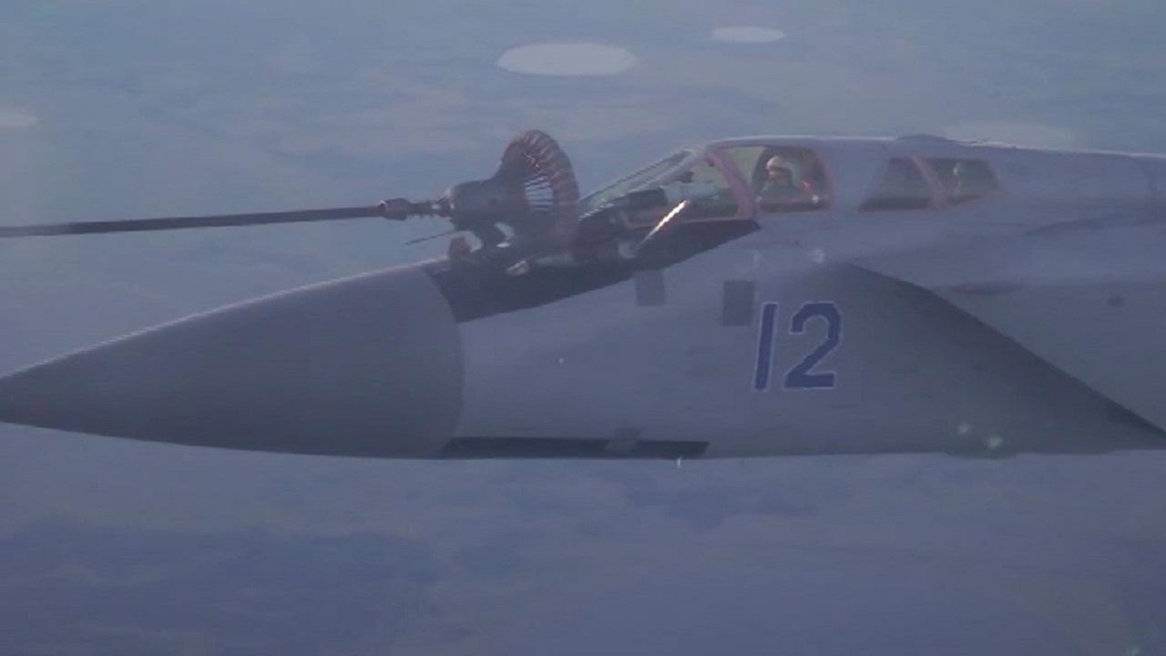 Ювелирная точность: челябинские летчики отрабатывают дозаправку самолета в воздухе ВИДЕО