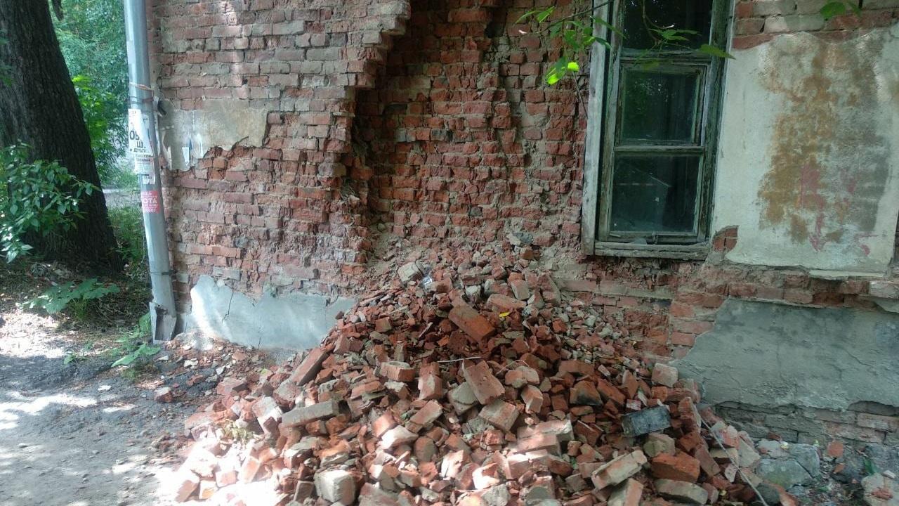 Рухнула стена: в Челябинской области нашли опасное общежитие