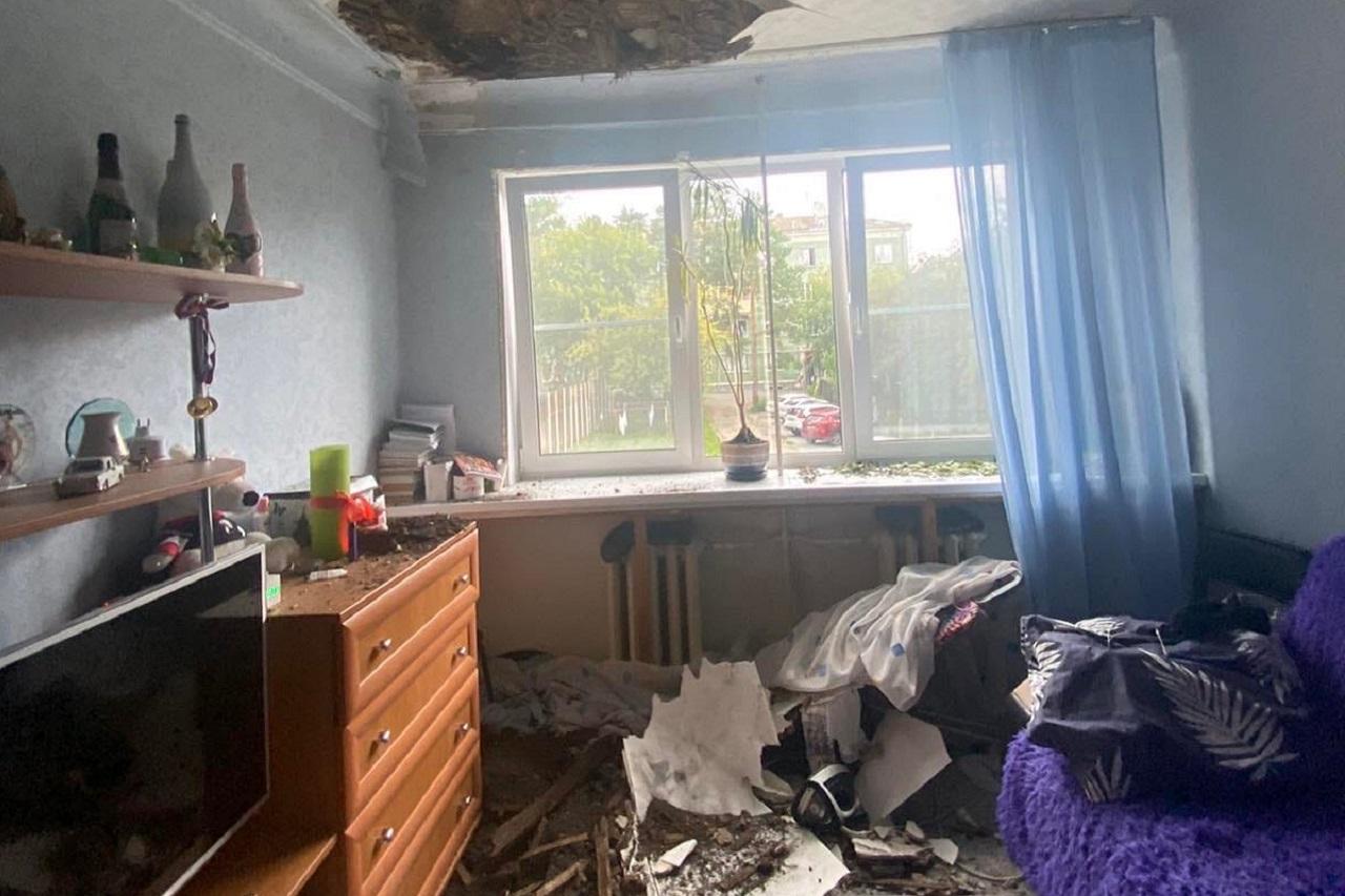 Зияют дыры: потолок обрушился в жилом доме в Челябинской области
