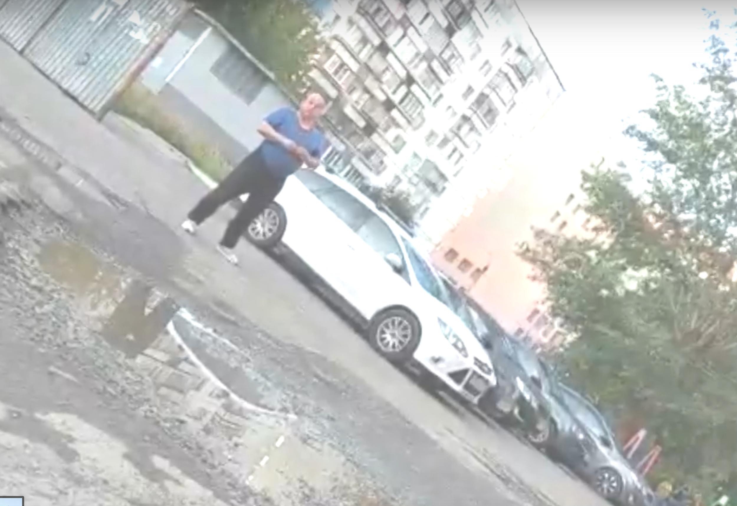 «Череп снесу». В Челябинске неизвестный мужчина решил брать плату за парковку во дворе