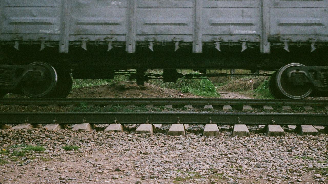 Смяло полмашины: поезд протаранил автомобиль в Челябинской области