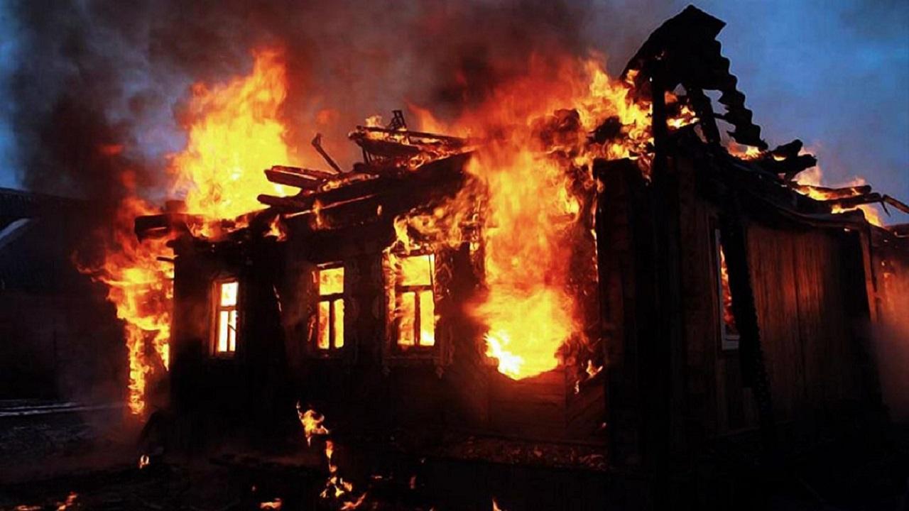 Жилой дом загорелся в Челябинской области, есть пострадавший