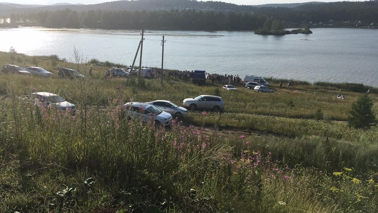 Искали 2 дня: на Урале девушку нашли мертвой в автомобиле на дне пруда