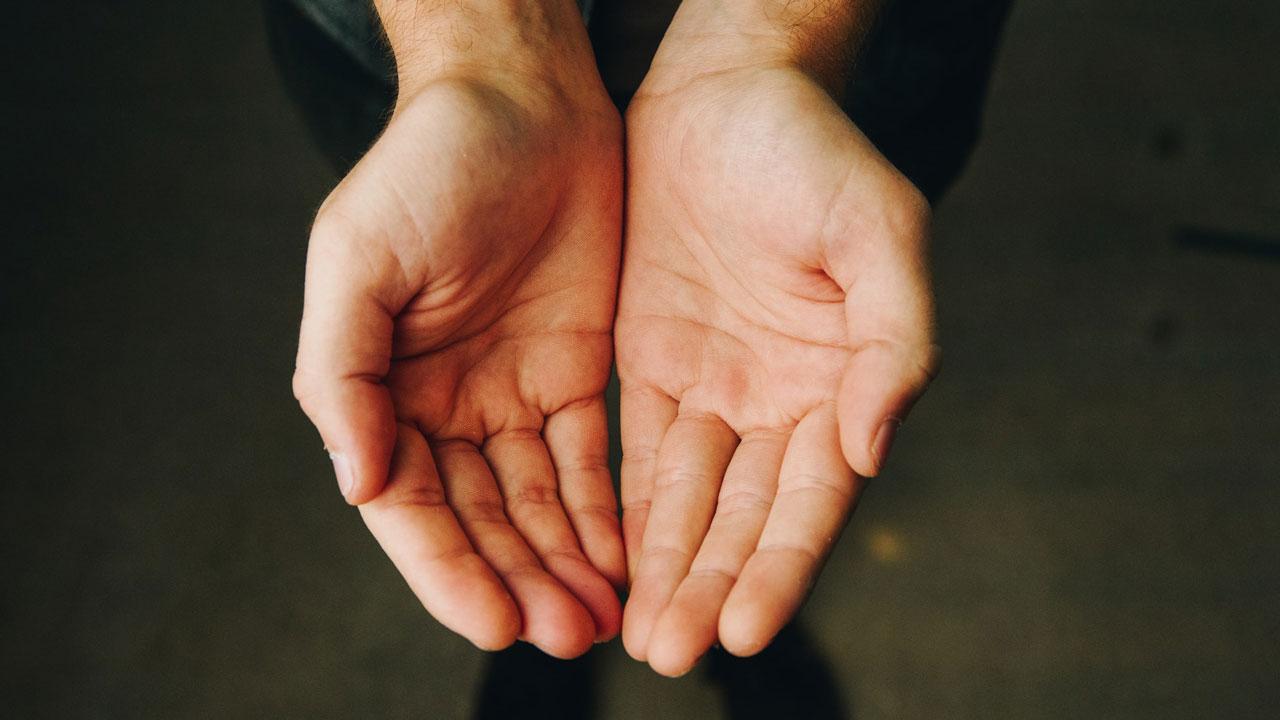 Чешутся ладони и как принимать деньги: народные приметы о руках