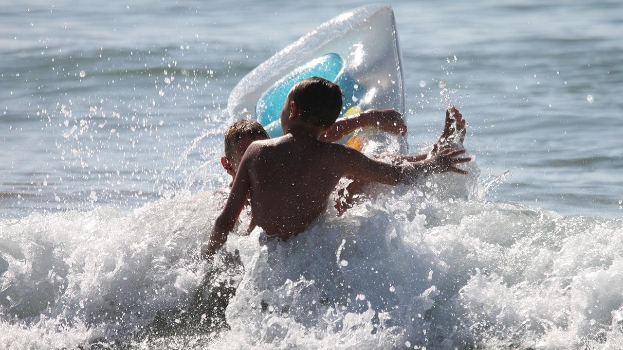 Плавали на матрасе: 3 детей в Челябинске унесло на полкилометра от берега