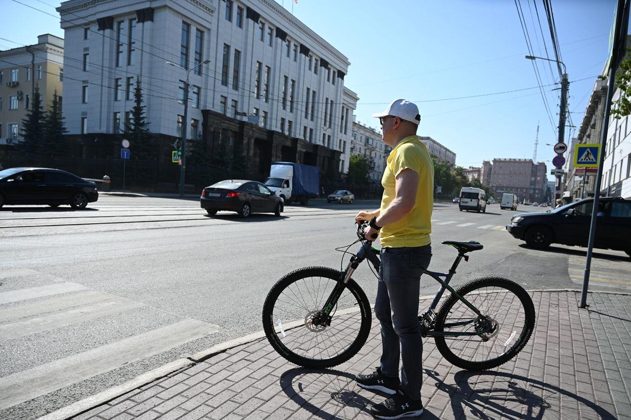 Губернатор Челябинской области приехал на работу на велосипеде