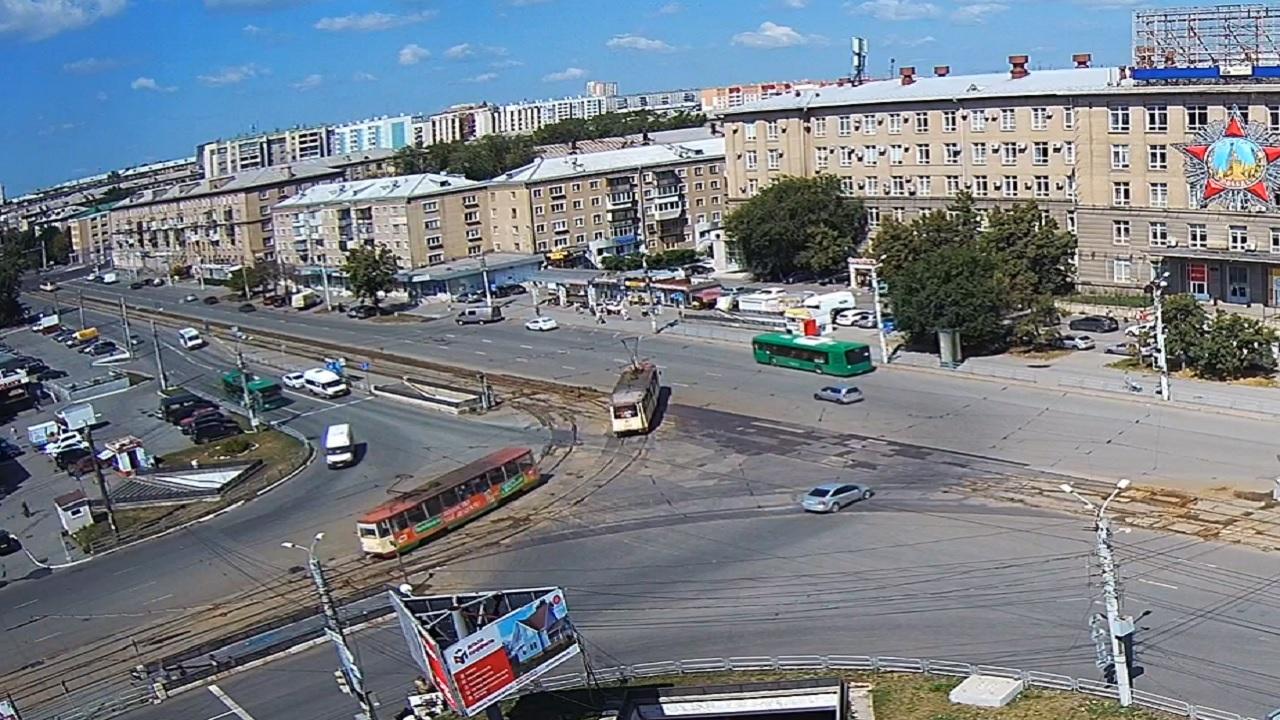 Трамвай сошел с рельсов на оживленном перекрестке в Челябинске
